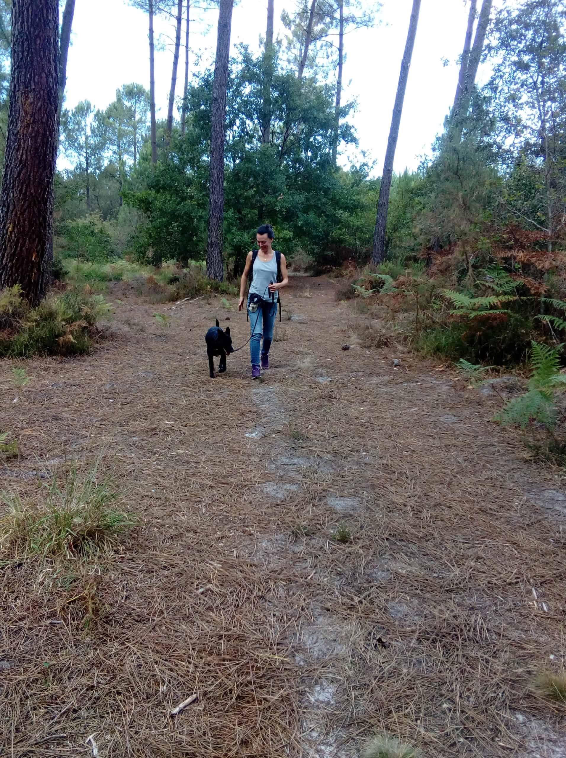 Céline Guillou, en train de se promener, dans le cadre d'une éducation canine.