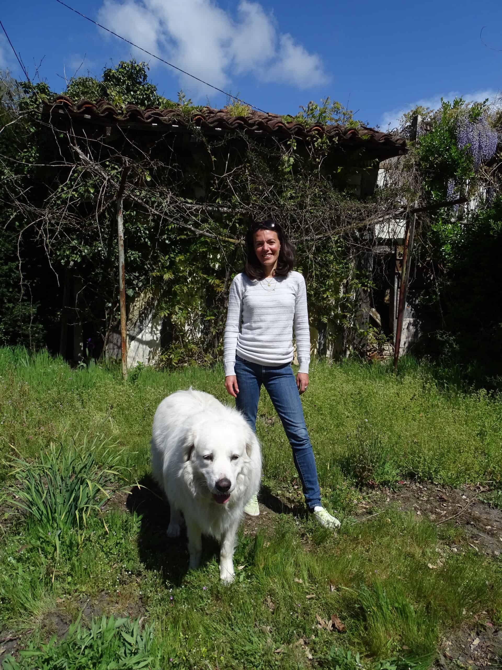Céline Guillou, accompagnée de sa chienne Bianca.